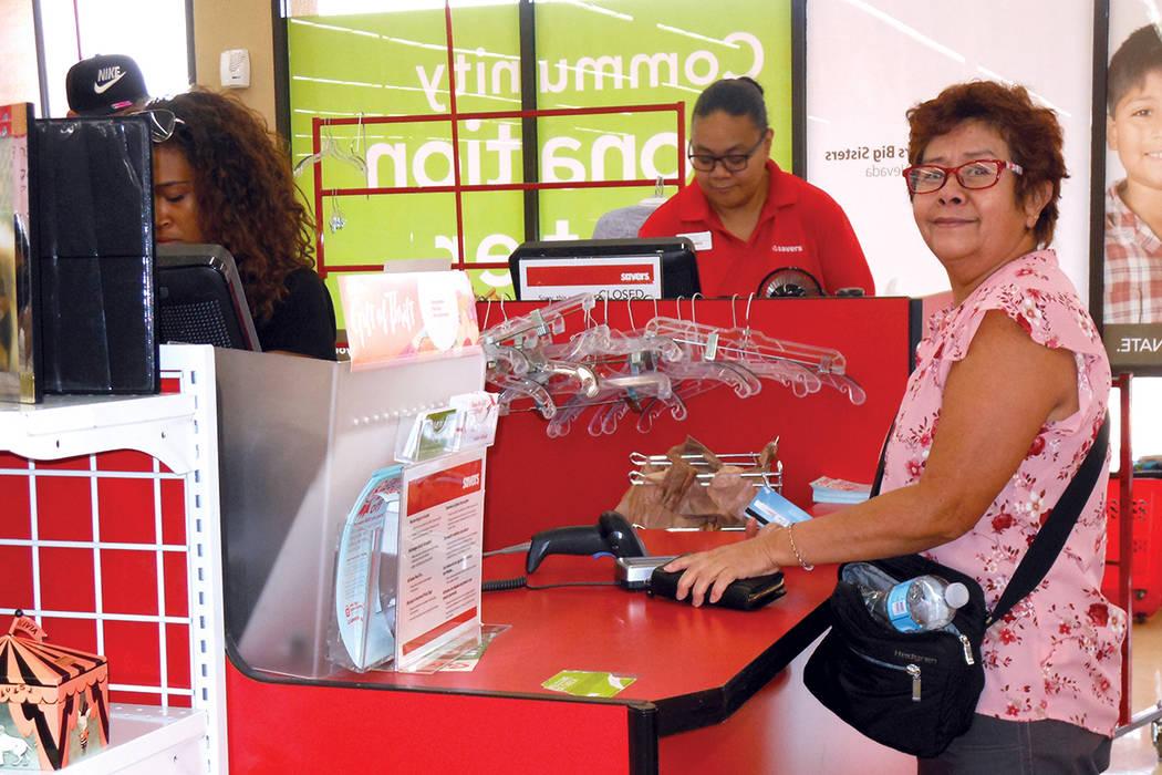 La señora Ana al pagar su mercancía que encontró al 50% de descuento el sábado 5 de agosto en la tienda Savers de Tropicana y la Eastern. | Foto Valdemar González/ El Tiempo.