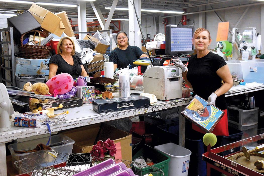 La señora María y otras trabajadoras de Savers, en una etapa del proceso de la mercancía donada, para luego ponerla a la venta en la tienda de Tropicana, una de las seis que hay en el valle de  ...
