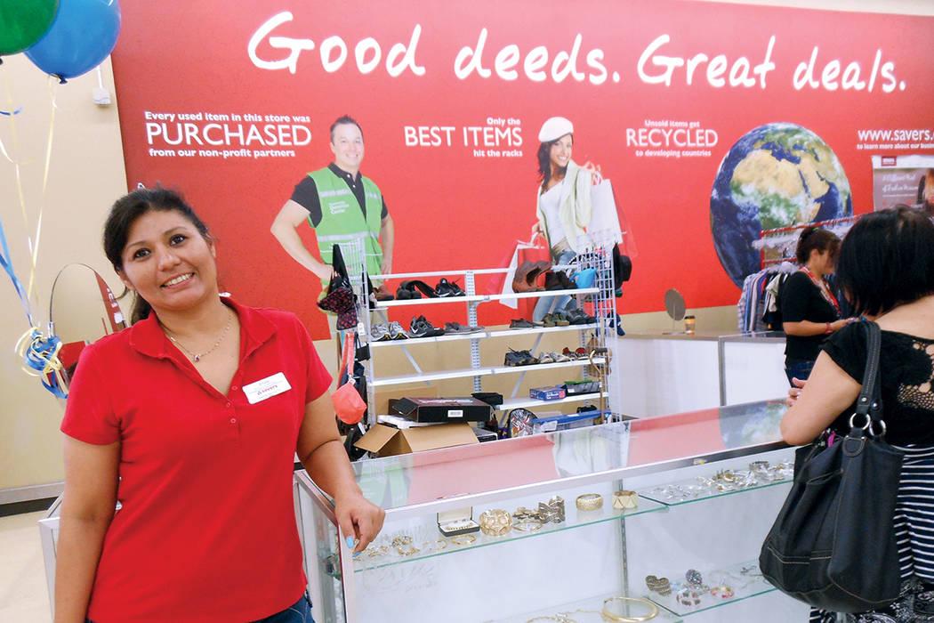 Elly Galaz, asistente de la gerencia de la tienda Savers, desde hace 20 años conoce bien el beneficio de donar, reusar o reciclar las cosas. | Foto Valdemar González/ El Tiempo.