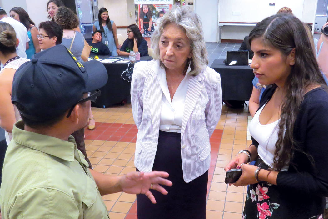 La congresista Dina Titus y su equipo de trabajo escucharon las preocupaciones de las personas asistentes. Miércoles 9 de agosto en el Centro Comunitario del Este de Las Vegas.   Foto Anthony Ave ...