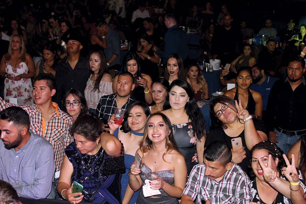 De lado a lado del escenario, Ortiz saludó a su público que se puso a bailar. | Cristian De la Rosa / El Tiempo.