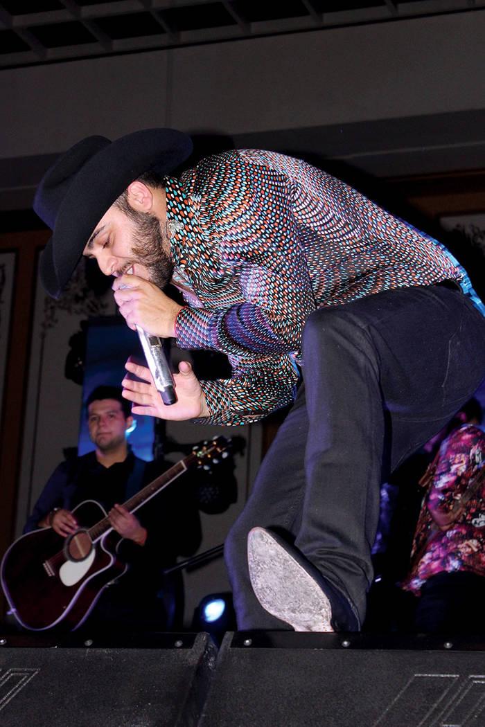 De lado a lado del escenario, Ortiz saludó a su público que se puso a bailar.| Cristian De la Rosa / El Tiempo.