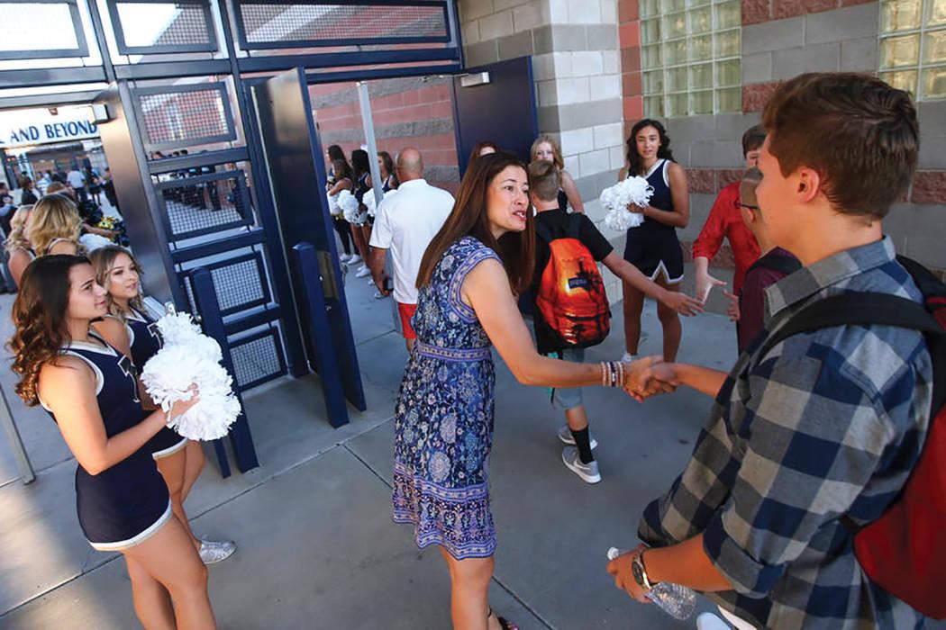 La Directora Lisa Burkhead da la bienvenida a los estudiantes a su llegada al primer día de clases en la Escuela Secundaria Foothill en Henderson el lunes 14 de agosto de 2017. Más de 320,000 ni ...