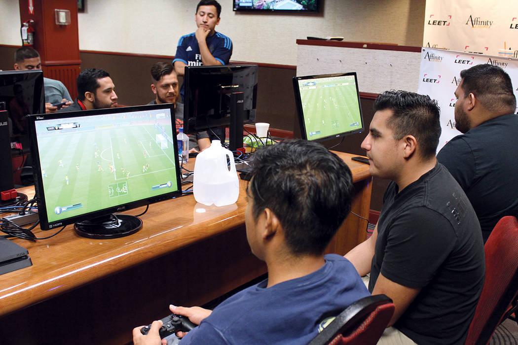 Alex Morales (centro), es mesero y en su día de descanso compite en FIFA con el equipo de Bélgica. Domingo 13 de agosto en el casino Silver 7. | Foto Cristian De la Rosa/ El Tiempo.