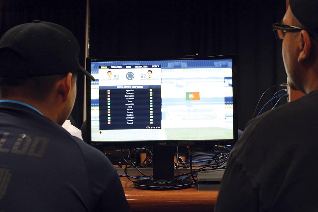 Hasta 30 aficionados a los juegos de video se reúnen para los torneos. Domingo 13 de agosto en el casino Silver 7.   Foto Cristian De la Rosa/ El Tiempo.