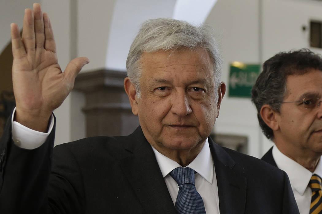 El político mexicano Manuel López Obrador llega al palacio del gobierno para reunirse con el presidente de Ecuador, Lenin Moreno, en Quito, Ecuador, el jueves 3 de agosto de 2017.   AP/Dolores O ...