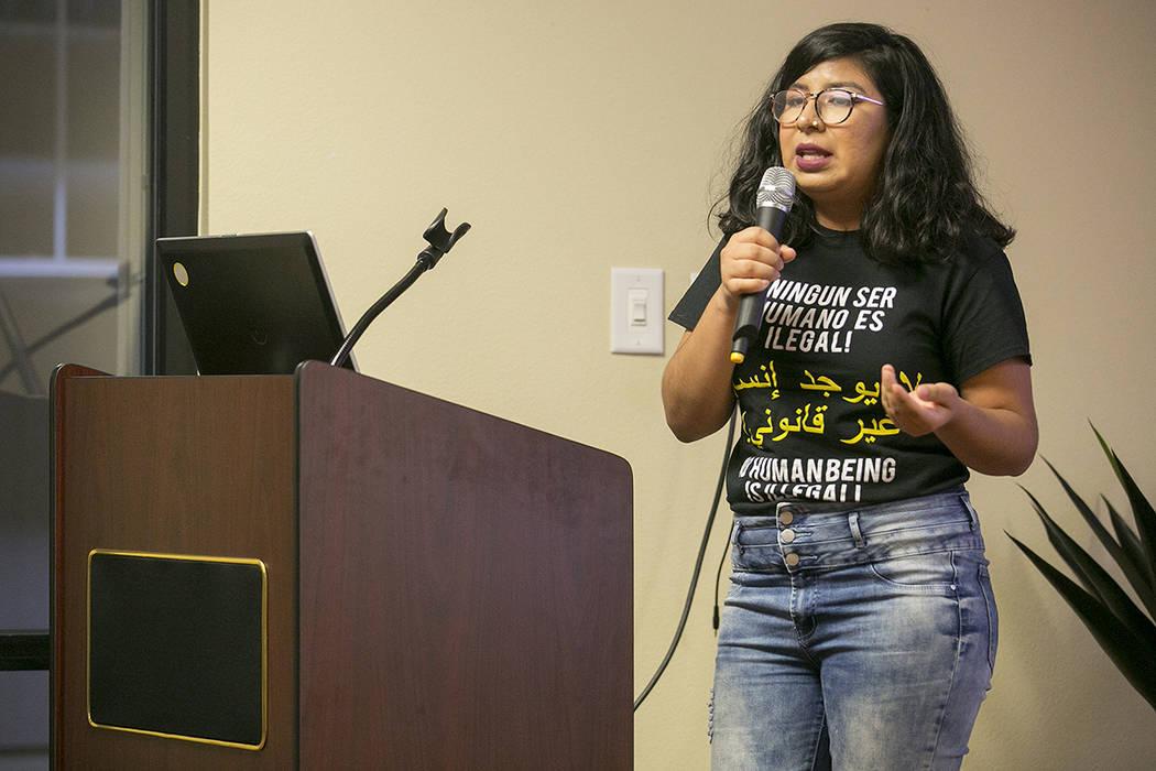 La estudiante de UNLV, Mariana Sarmiento, habla sobre ayuda financiera para estudiantes indocumentados y grupos de estudiantes UndocuNetwork durante un evento aniversario de DACA en el Consulado d ...