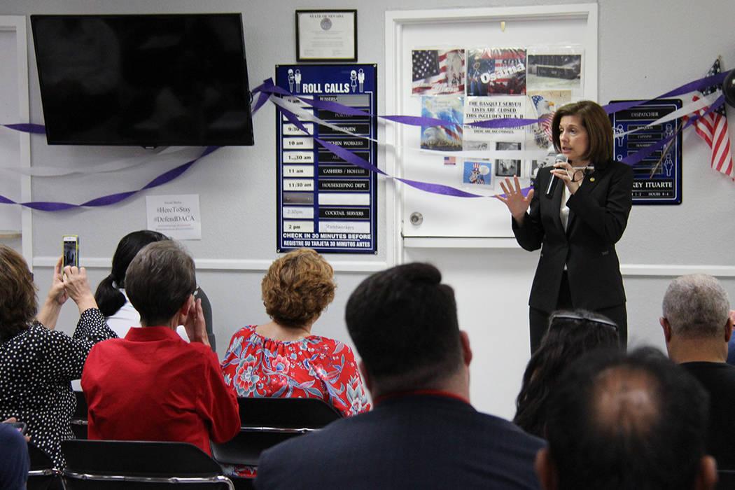 La senadora Catherine Cortéz Masto prometió apoyar la continuidad del programa DACA. Martes 15 de agosto en el Sindicato Culinario. | Foto Cortesía Johali Carmona.