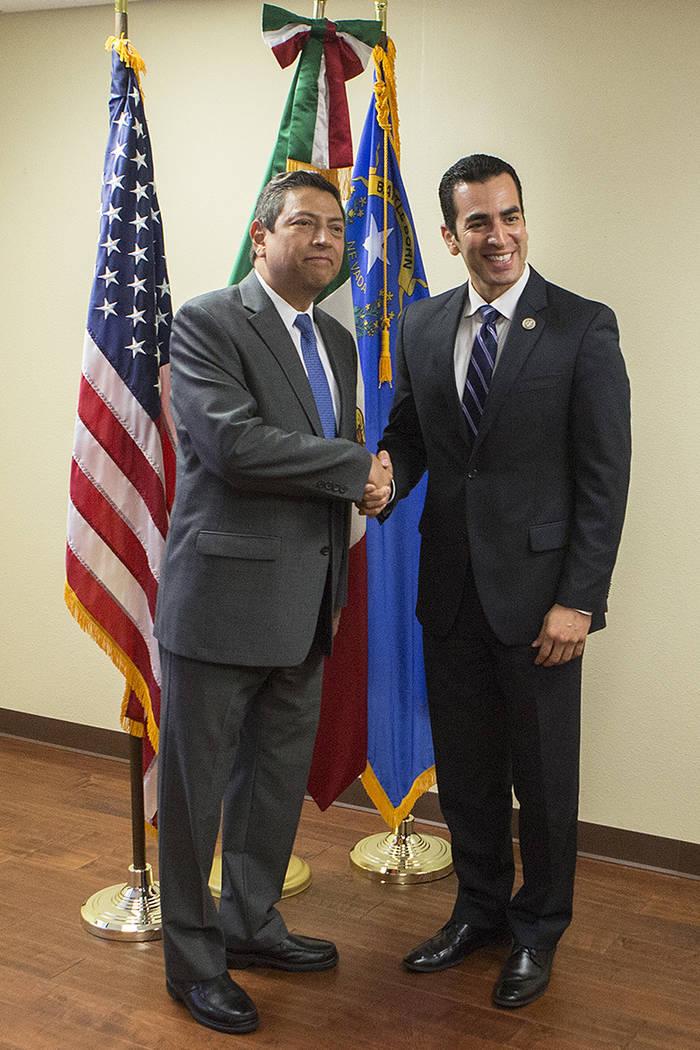 El cónsul mexicano Alejandro Madrigal, a la izquierda, y el representante Rubén Kihuen, D-Nev., Toman una foto juntos durante un evento aniversario del DACA en el Consulado de México en Las Veg ...