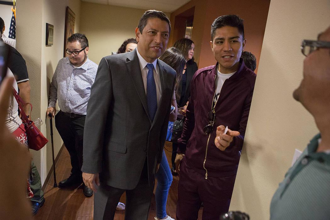 El cónsul mexicano Alejandro Madrigal, a la izquierda, y el boxeador profesional Jessie Vargas hablan durante un evento aniversario del DACA en el Consulado de México en Las Vegas el martes, 15  ...