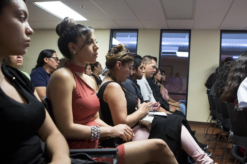 Los asistentes se reúnen para un evento aniversario de DACA en el Consulado de México en Las Vegas el martes, 15 de agosto de 2017. | Bridget Bennett Las Vegas Review-Journal.