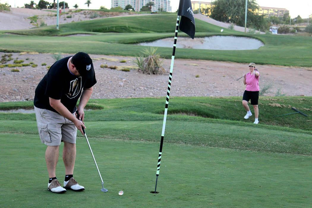 2. Los asistentes al torneo, mostraron su apoyo a la comunidad y al nuevo equipo de Las Vegas. Viernes 18 de agosto en el campo de golf Angel Park.   Foto Cristian De la Rosa/ El Tiempo.