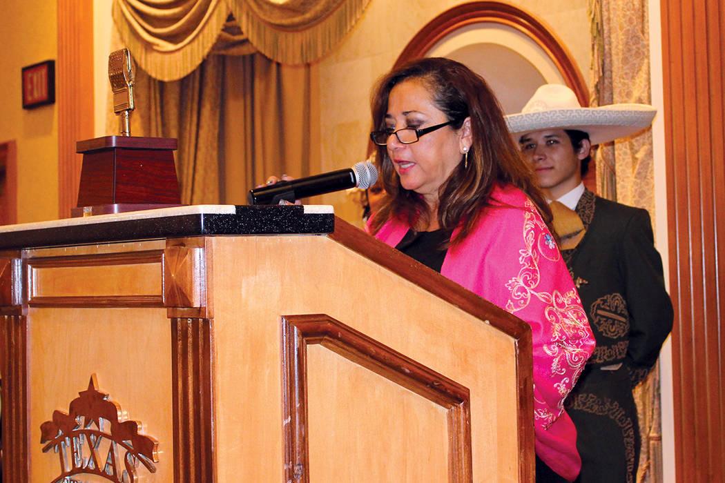 La directora de la Casa Guerrero, Guadalupe Loyo, enumeró los artistas que se presentarán en México Lindo. Martes 15 de agosto en el casino Texas Station. | Foto Cristian De la Rosa/ El Tiempo.