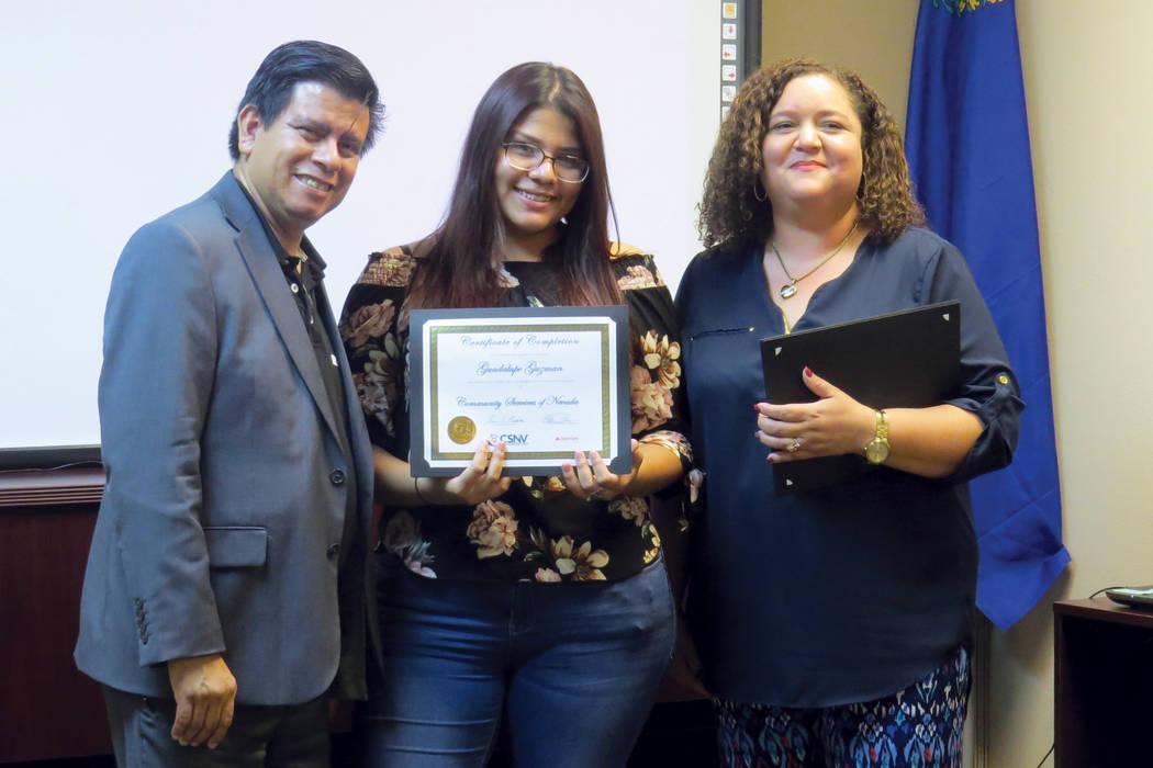 Cada estudiante recibió su diploma de manos del vice alcalde Isaac Barrón y de la directora de CSNV, Estelina Garnett. Jueves 17 de agosto en CSNV. | Foto Anthony Avellaneda/ El Tiempo.