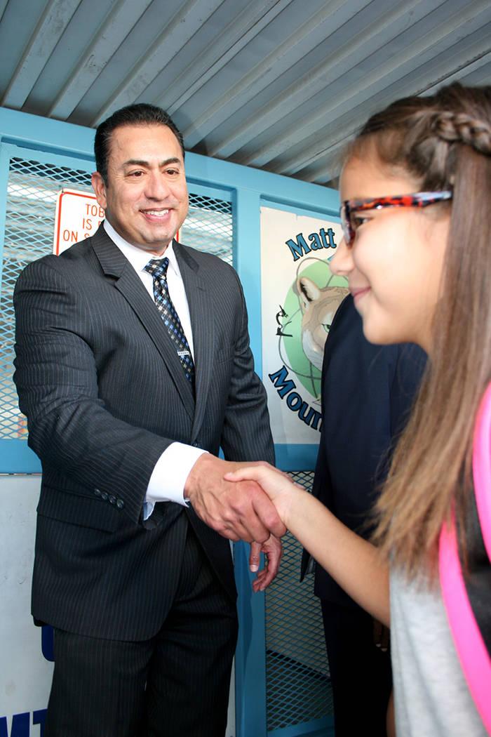 El Jefe de la Policía de North Las Vegas, Alex Pérez, da la bienvenida a la niña Tiffany Coronado, de 10 años de edad, del 5º. grado, de la escuela Matt Kelly. Lunes 14 de agosto en la escuel ...