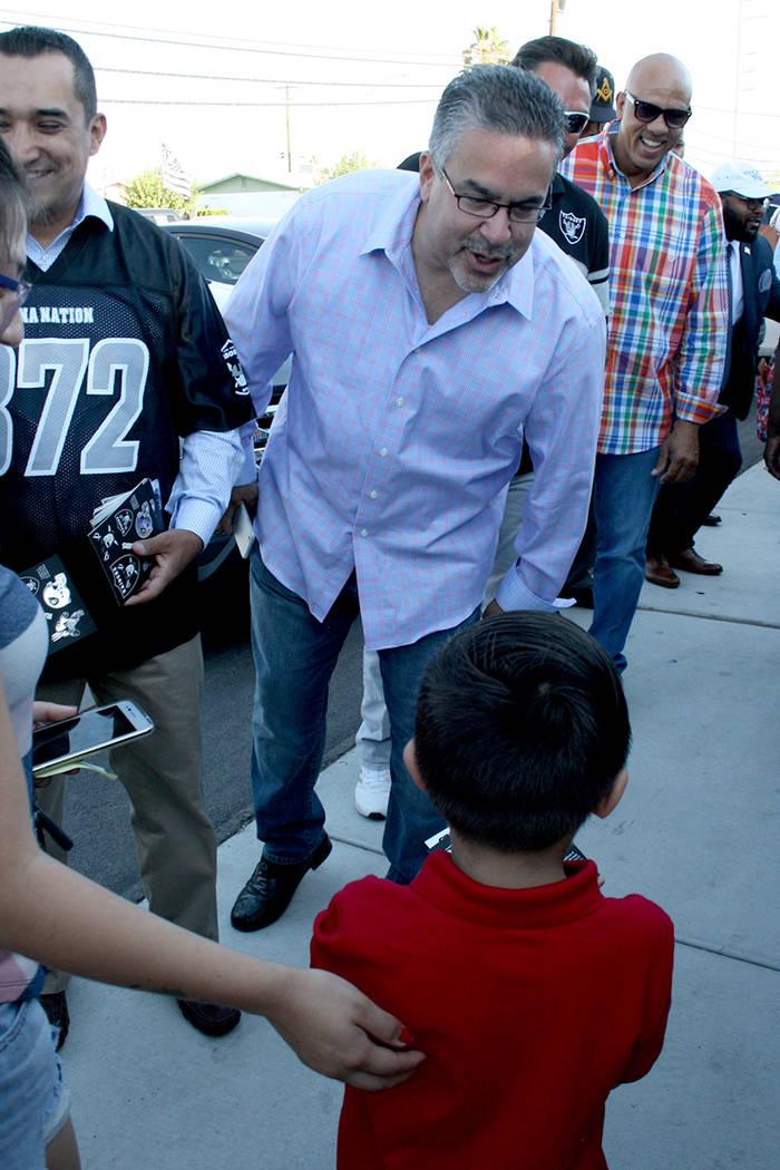 Peter Guzmán, presidente de la Cámara de Comercio Latina, y a su lado miembros de la Unión de Obreros, saludan a los niños llegando a la Escuela Matt Kelly. Lunes 14 de agosto en la escuela Ma ...