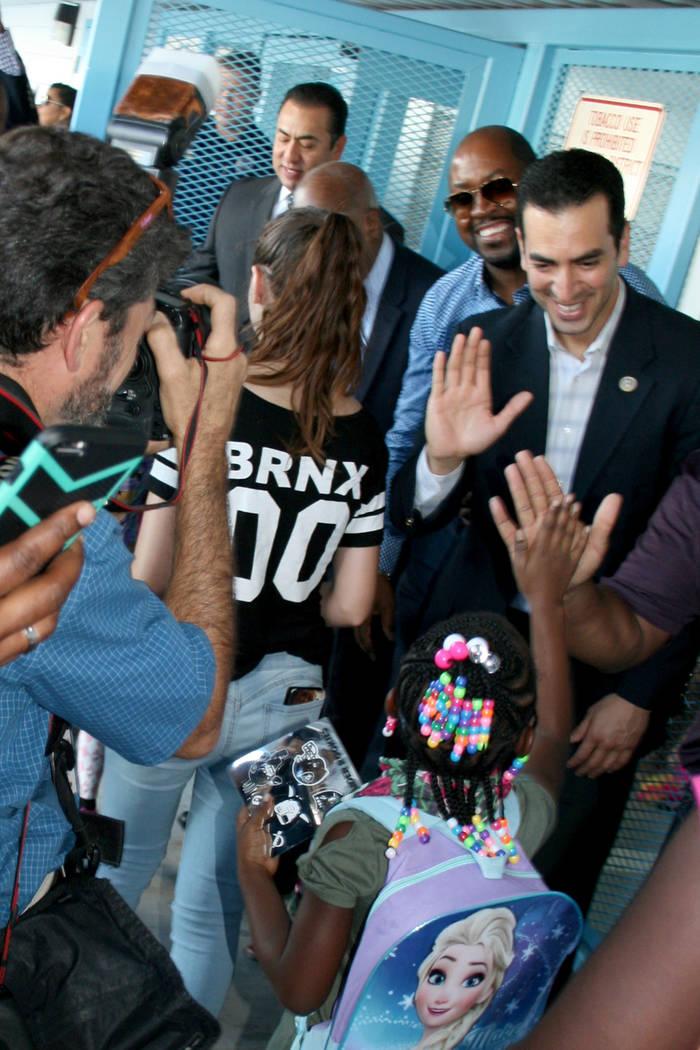 El congresista Rubén Kihuen (derecha) saluda a una alumna de la primaria Matt Kelly. Lunes 14 de agosto en la escuela Matt Kelly. | Foto Valdemar González / El Tiempo.