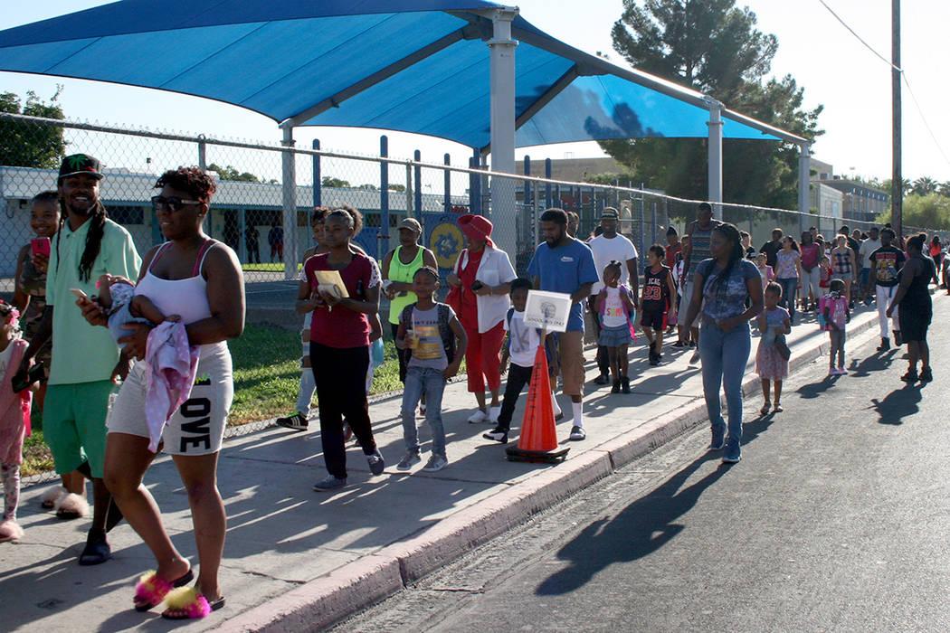 La fila de niños con sus padres a un lado de la escuela Matt Kelly. Lunes 14 de agosto en la escuela Matt Kelly. | Foto Valdemar González / El Tiempo.