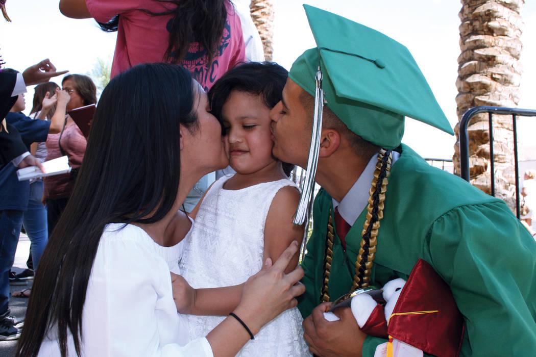 Jordi Núñez y su esposa besan a su hija Sofía, luego de la ceremonia de graduación. Martes 8 de agosto en la arena Orleans. | Foto Valdemar González/ El Tiempo.
