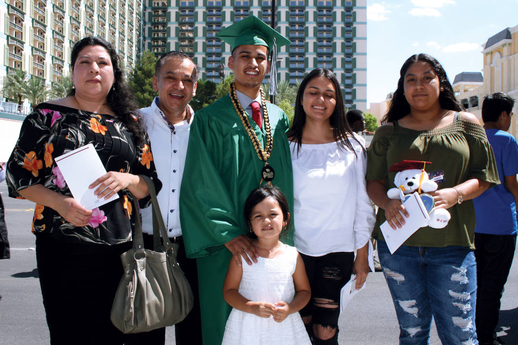 Jordi Núñez (al centro), graduado de Rancho H. S., y su familia. Martes 8 de agosto en la arena Orleans.  | Foto Valdemar González/ El Tiempo.