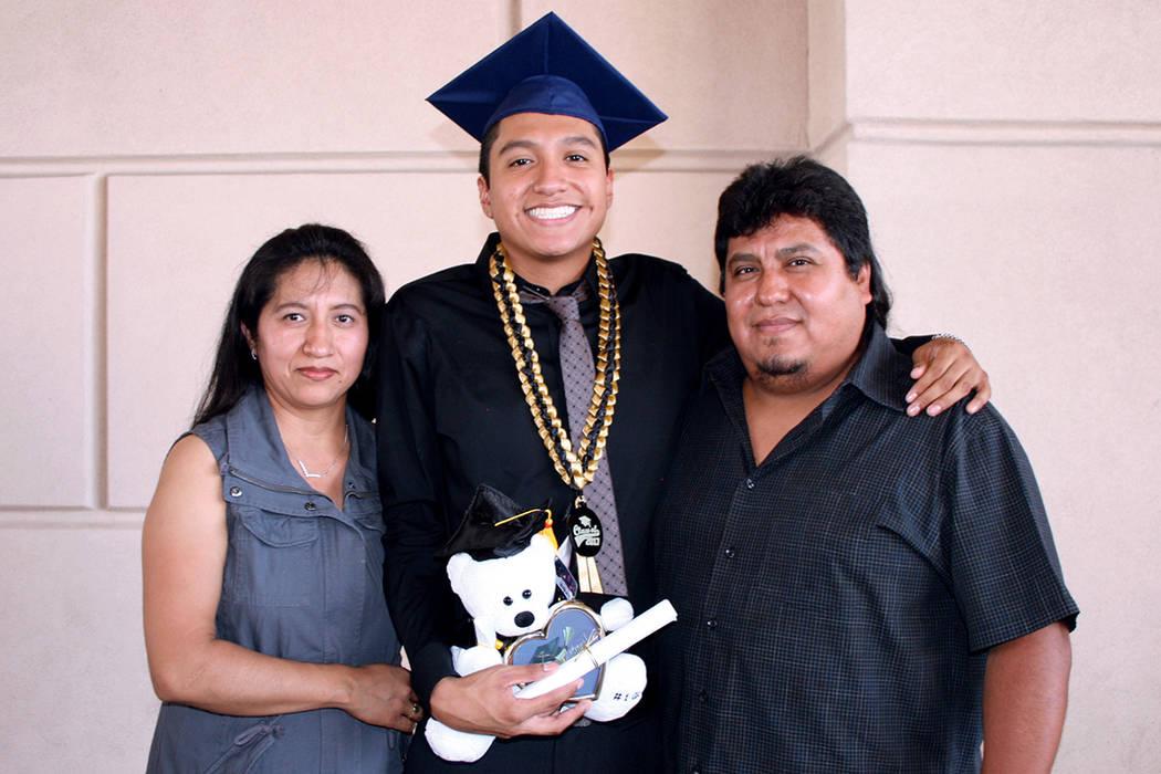 Isidro Pérez, graduado de Spring Valley HS, con sus padres. Martes 8 de agosto en la arena Orleans. | Foto Valdemar González/ El Tiempo.