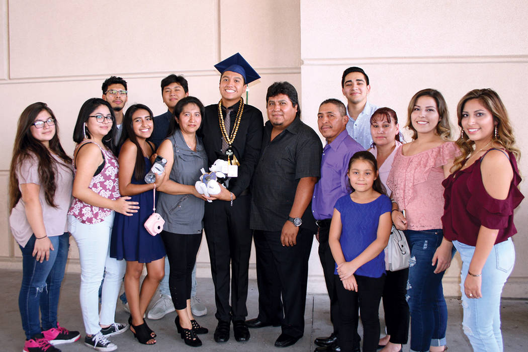 Isidro Pérez (al centro), graduado de Spring Valley HS, con su familia y la familia de su novia. Martes 8 de agosto en la arena Orleans.  | Foto Valdemar González/ El Tiempo.