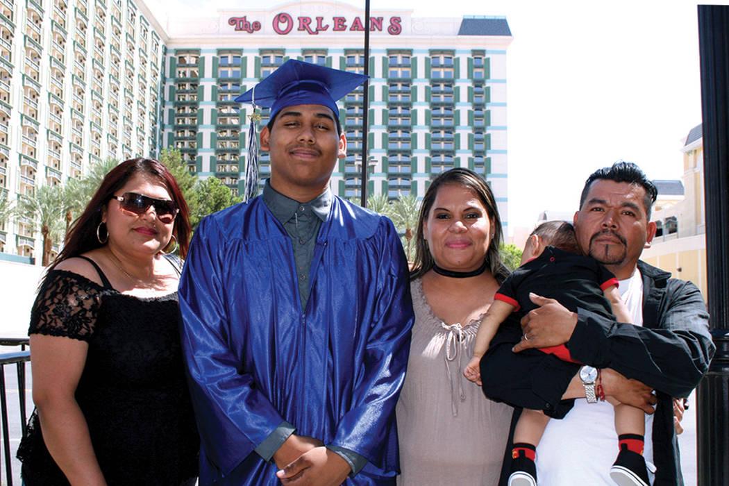 Brandon J. Medina, de Morris Sunset HS, con sus familiares. Martes 8 de agosto en la arena Orleans.| Foto Valdemar González/ El Tiempo.