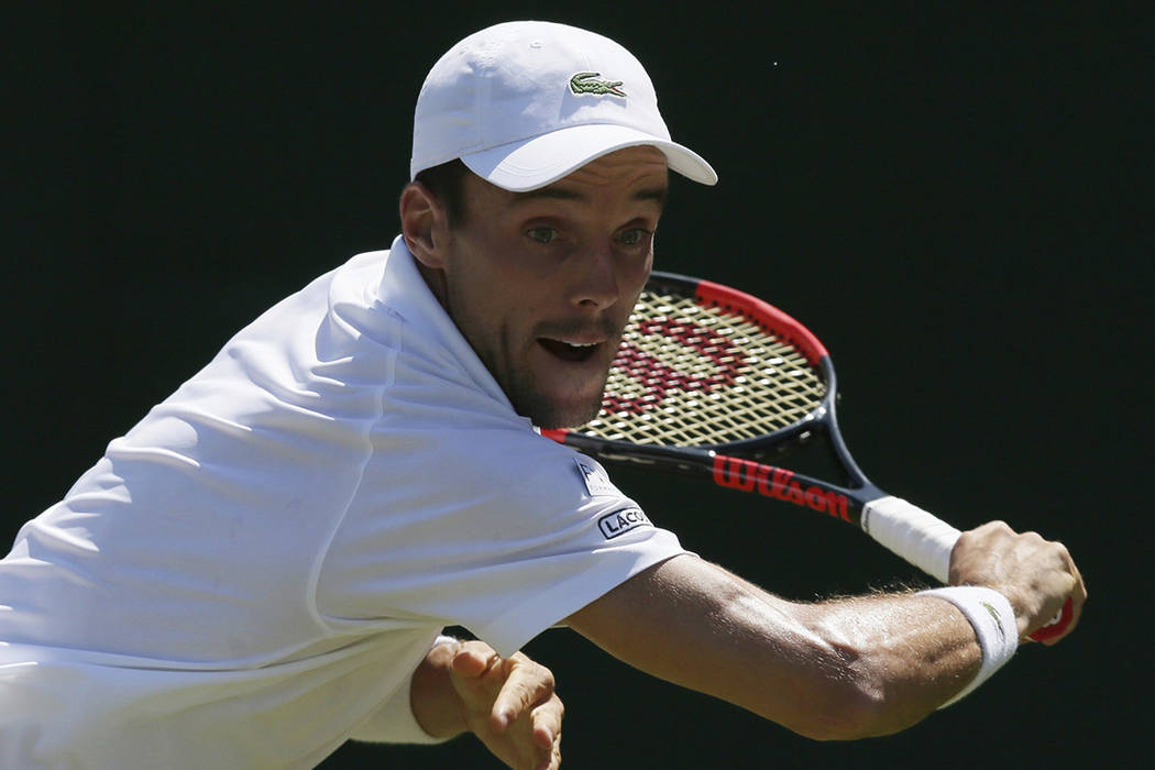 ARCHIVO- El español Roberto Bautista Agut regresa al equipo alemán Peter Gojowczyk durante su partido de individuales masculinos el tercer día en el Campeonato de Tenis de Wimbledon en Londres  ...
