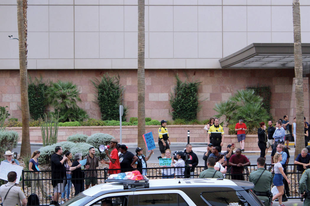 3. Integrantes de distintas razas se unieron a la protesta a favor de Kaerpernick y las victimas de Charlotsville. Foto Torre Trump en Las Vegas, Nevada, 23 de agosto 2017. | Foto Cristian De la R ...