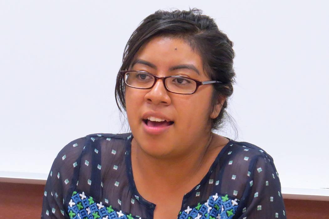 """""""Sí se puede llegar a la universidad siendo inmigrante indocumentado, con o sin DACA"""": Esmeralda Cruz, beneficiaria de DACA. Miércoles 23 de agosto en el Centro Comunitario del Este de Las V ..."""