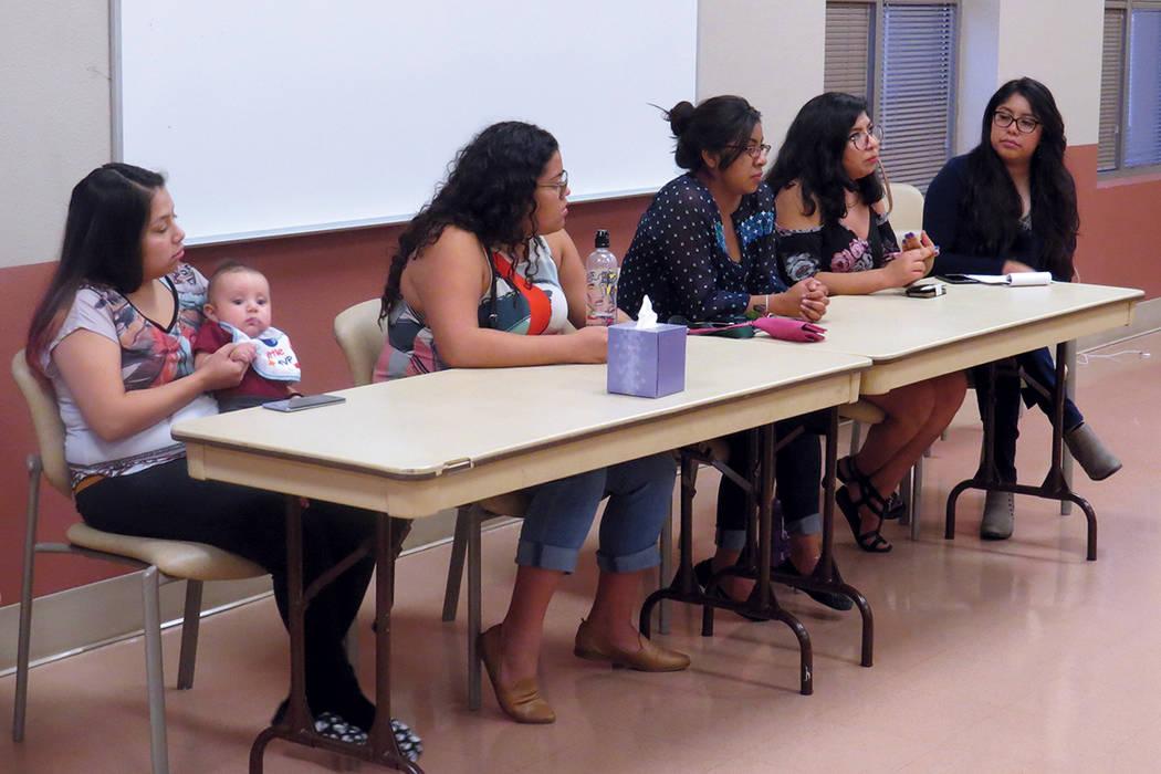 De izquierda a derecha; Erika Castro, Mariana Sarmiento, Esmeralda Cruz, Jocelyn Cuevas y Miriam Hernández. Cuatro jóvenes 'dreamers' que expusieron sus historias durante el evento. Miércol ...