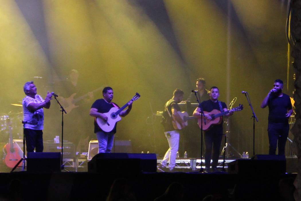 5 guitarras acústicas y el aplauso del público como castañuelas son la base musical de los Gitanos. Fotos tomadas el 26 de agosto en el Red Rock Station Casino. | Foto Cristian De la Rosa/El Ti ...