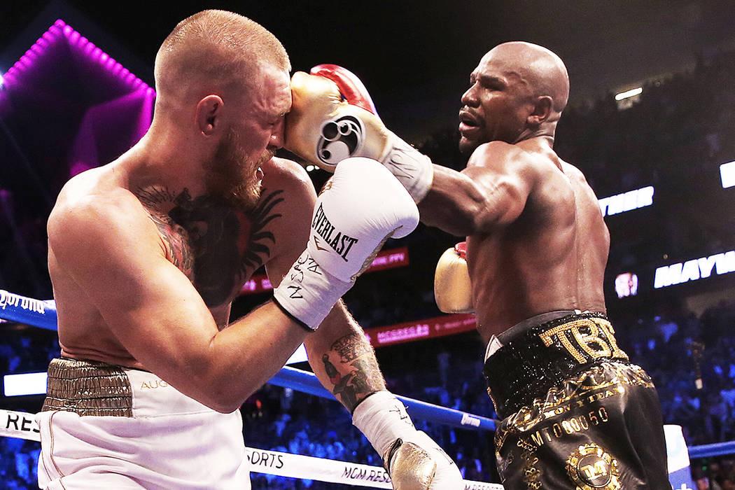Floyd Mayweather, a la derecha, tira un puñetazo contra Conor McGregor en la ronda en blanco el sábado 26 de agosto de 2017, en T-Mobile Arena. | Foto Benjamin Hager/ Las Vegas Review-Journal.