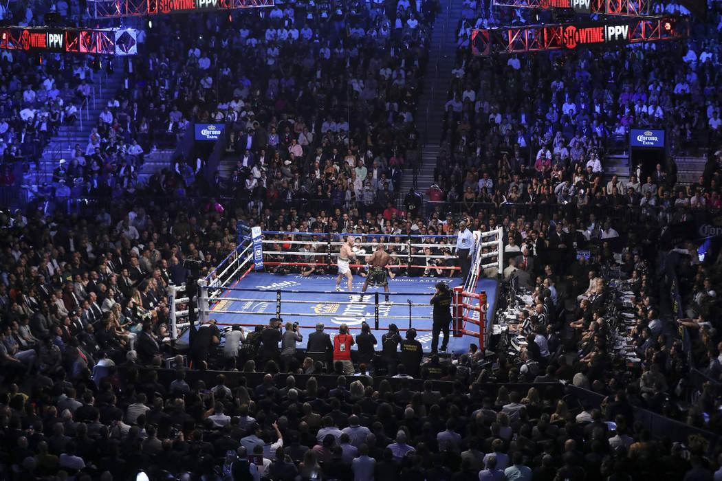 Conor McGregor, a la izquierda, pelea a Floyd Mayweather Jr. en su pelea por superpesos en el T-Mobile Arena, el sábado 26 de agosto de 2017, en Las Vegas. Mayweather ganó a través de la 10 ª  ...
