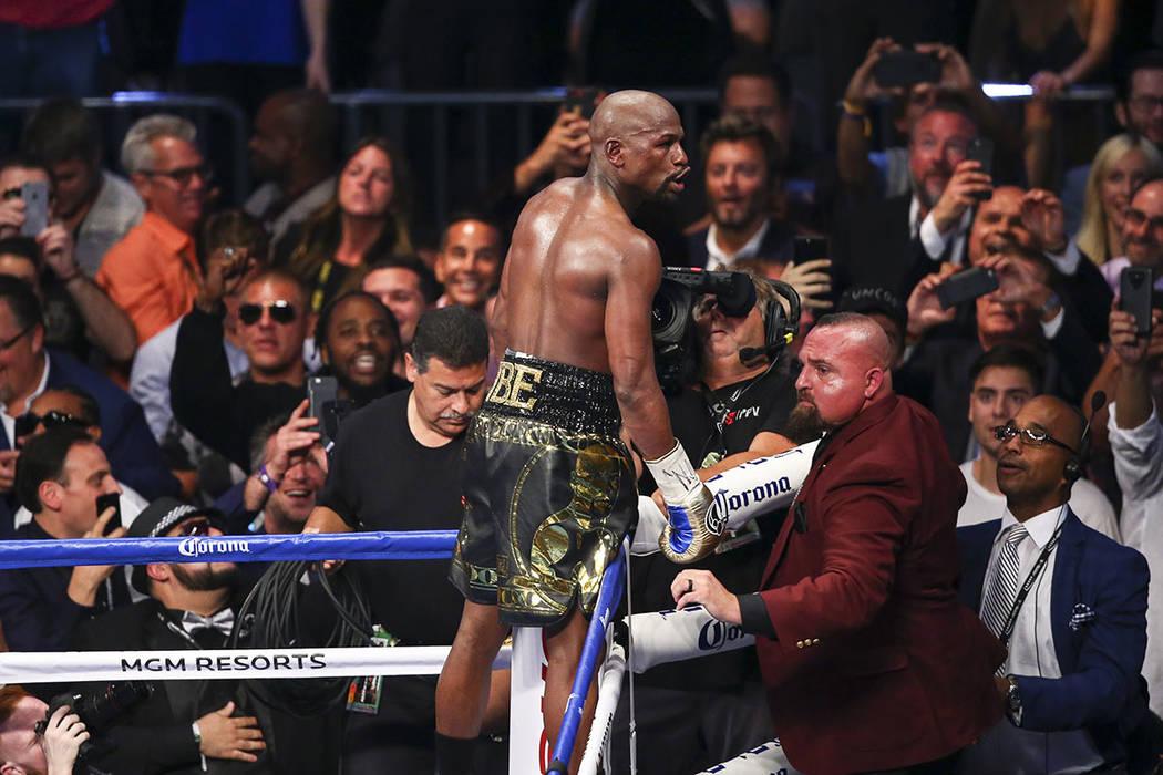 Floyd Mayweather Jr. después de derrotar a Conor McGregor en pelea de peso welter súper en T-Mobile Arena, el sábado 26 de agosto de 2017. Mayweather ganó a través de la 10 a ronda knockout t ...
