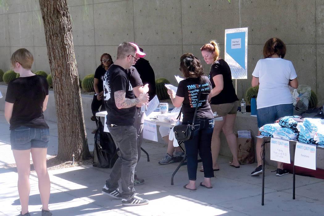 Organizaciones locales brindaron información sobre el 'Día de la igualdad de la mujer' entre otros temas progresistas. Sábado 26 de agosto al exterior de la Corte Federal de Las Vegas.    F ...