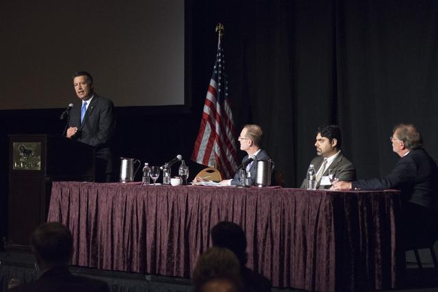 El gobernador de Nevada, Brian Sandoval (de pie). Le escuchan, desde la izquierda: Scott Pattison, director ejecutivo de la National Governors Association, el Dr. Alexander Isani, Jefe de Administ ...