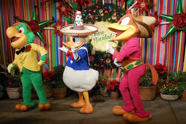 José Carioca, el pato Donald y Pancho son Los Tres Caballeros de Disney que le ponen el buen humor a Viva Navidad! en el Festival of Holidays. (Foto María Alcalá).
