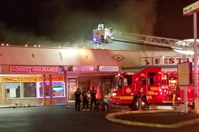 """Miembros del Departamento de Bomberos de Las Vegas batallan contra un incendio de """"Tres alarmas"""" en la Plaza Comercial Twin Lakes, en el 1000 N. Rancho Drive, en la madrugada del viernes 23 de sep ..."""