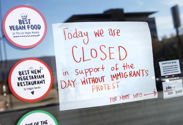"""Un letrero avisa que el restaurante VegeNation, en Las Vegas, cierra el jueves 16 de febrero del 2017, en apoyo a la protesta """"Un día sin inmigrantes"""".(Rachel Aston/Las Vegas Review-Journal) @roo ..."""