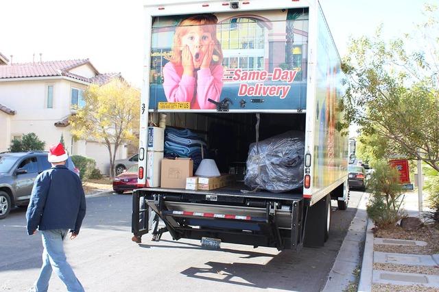 El camión de Walker Furniture llegó a la casa de la familia De La Hoya, para donarles los muebles de todo su hogar. (Foto El Tiempo).