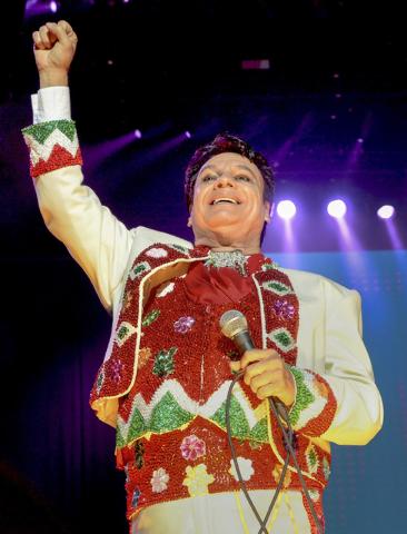 El ícono de la música mexicana, Juan Gabriel, fue captado aquí durante uno de sus conciertos en Las Vegas para celebrar las fiestas patrias en septiembre del 2014. (Foto Archivo. Glenn Pinkerto ...