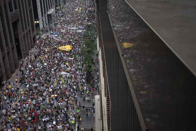 Decenas de miles de personas marchan por la 6th Avenida en Nueva York el 21 de septiembre de 2014. La multitud incluyó agricultores, granjeros, pescadores y al secretario de las Naciones Unidas,  ...