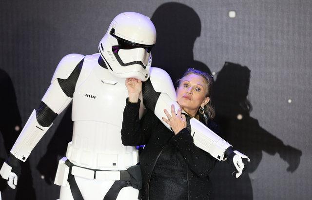 """En esta foto de archivo la actriz y autora Carrie Fisher posa junto a uno de los personajes a su llegada al estreno europeo de """"Star Wars, The Force Awakens"""" en Londres, el 16 de Diciembre del 201 ..."""