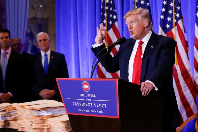 El Vicepresidente electo Mike Pence aparece a la izquierda del presidente electo Donald Trump mientras éste habla durante una conferencia de prensa en la Trump Tower, en Manhattan, New York, el 1 ...