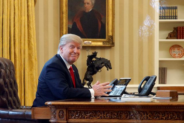 El Presidente Donald Trump espera en la línea telefónica, en la oficina oval, para hablar con el Rey Salman de Arabia Saudita, el 29 de enero del 2017 en Washington. (Foto REUTERS/Jonathan Ernst).