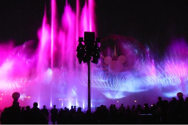 """Momento del maravilloso espectáculo de agua, luz y sonido """"World of Color-Season of Light"""", el 17 de noviembre del 2016 en Disney California Adventure, cuando Disney dio a conocer su nueva tempor ..."""