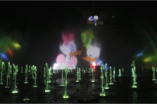 """Otro momento del espectacular show nocturno """"World of Color - Season of Light"""" que Disney ofrece en su novedoso Festival of Holidays. Mil 200 poderosas fuentes dan la pantalla de agua y bailan al  ..."""