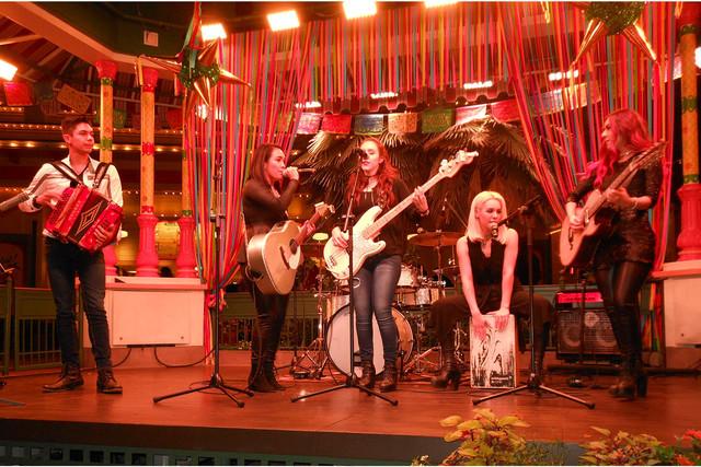 """El grupo juvenil """"Villa 5"""" integrado por los hermanos Joel, Iliana, Vanessa, Lizbeth y Jasmín, inundó con música mexicana el Paradise Gardens, la noche del 17 de noviembre del 2016, durante el  ..."""