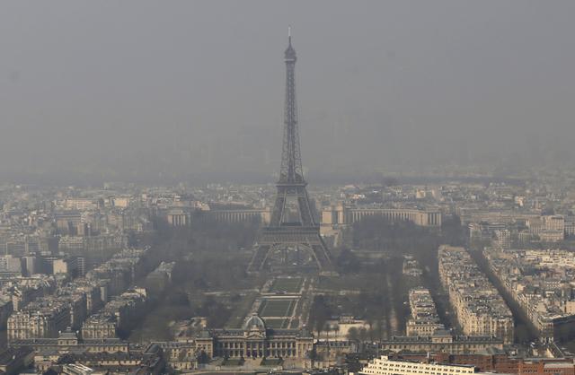 Una capa de smog cubre la ciudad de París, con la Torre Eiffel al centro, en esta foto de archivo de AP, de marzo 14 del 2014. (AP Photo/Jacques Brinon, File).